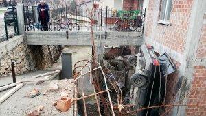 Çorum'da otomobil evin bahçesine düştü: 2 yaralı