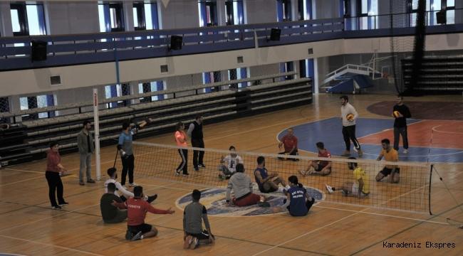 Öğrenciler farkındalık için oturarak voleybol oynadı