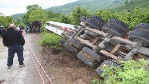 Köprü kirişi yüklü tır fındık bahçesine devrildi: 1 yaralı
