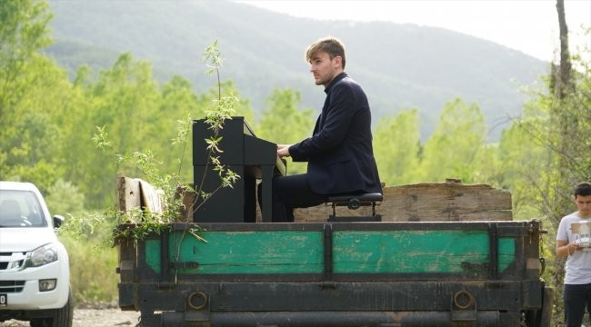 Traktör römorkunda piyano resitali