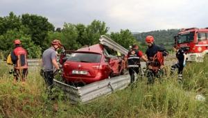 Anadolu Otoyolu'nda otomobil refüje çarptı: 2 ölü, 5 yaralı