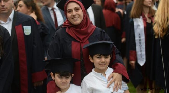 Birlikte geçen eğitim hayatını üniversite mezuniyetiyle taçlandırdılar