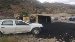 Artvin'de asfalt yüklü kamyon devrildi: 1 yaralı