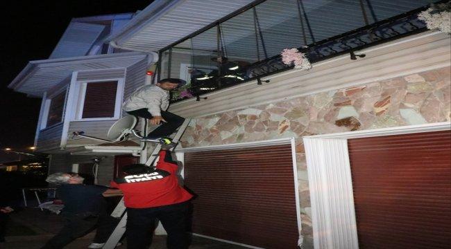 Evde düşen yaşlı kadın kurtarıldı