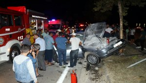 Aydınlatma direğine çarpan otomobildeki iki kardeş yaralandı