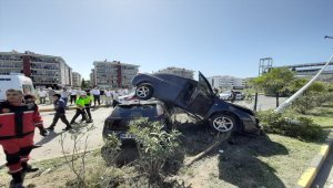 Kaza yapan iki otomobilden biri diğerinin üstüne çıktı