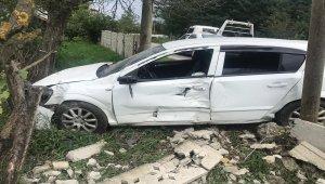 Otomobil bahçe duvarına çarptı: 1 yaralı