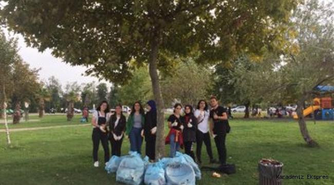 Ordu'da @AhbapPlatformu üyesi gençler, #KirletmeTemizle etkinliği kapsamında Ordu Sahilini temizlediler