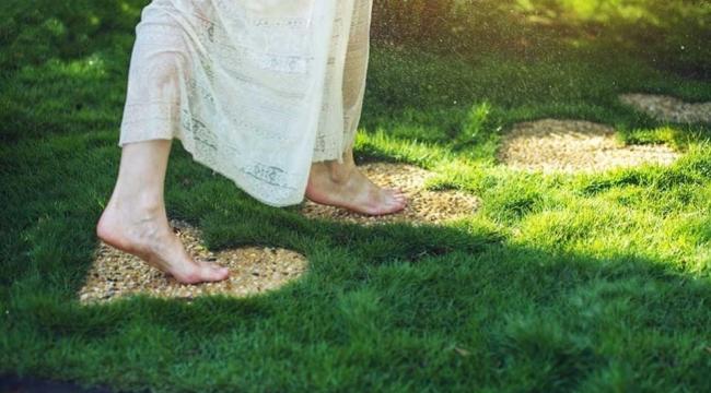 Yalın Ayakla Toprakta Yürümenin Bedeninize Sağladığı 7 Mucize Fayda