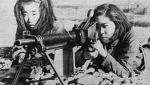 Okul çağındaki Japon kızları anavatanı savunmak için makineli tüfek eğitimi alıyorlar