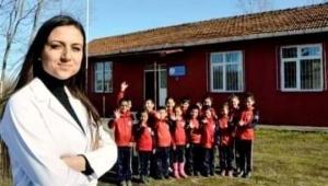 Farklı köy okullarında dört sınıf bir arada tek öğretmen olarak eğitim-öğretim veren on beş yıllık köy okulu öğretmenidir
