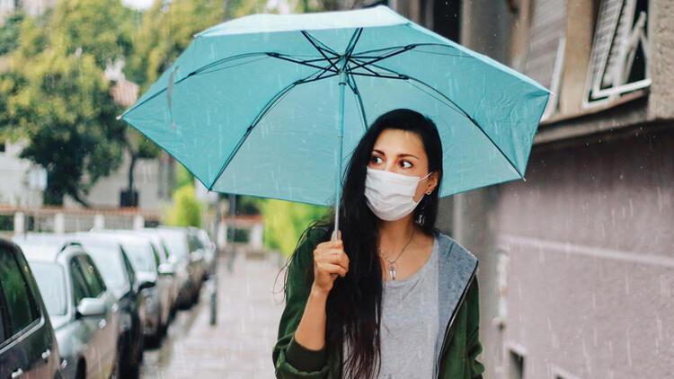 Bu uyarıya dikkat: Yağmurda ıslanan maske özelliğini kaybediyor, virüsten korumuyor