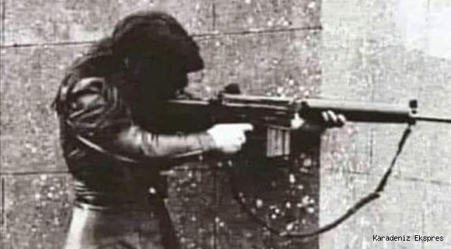 İngiliz ordusuna karşı bir savaşta yaralanan nişanlısının silahıyla ateş eden bir kadının 1972'de İrlanda'da çekilen bir fotoğrafı