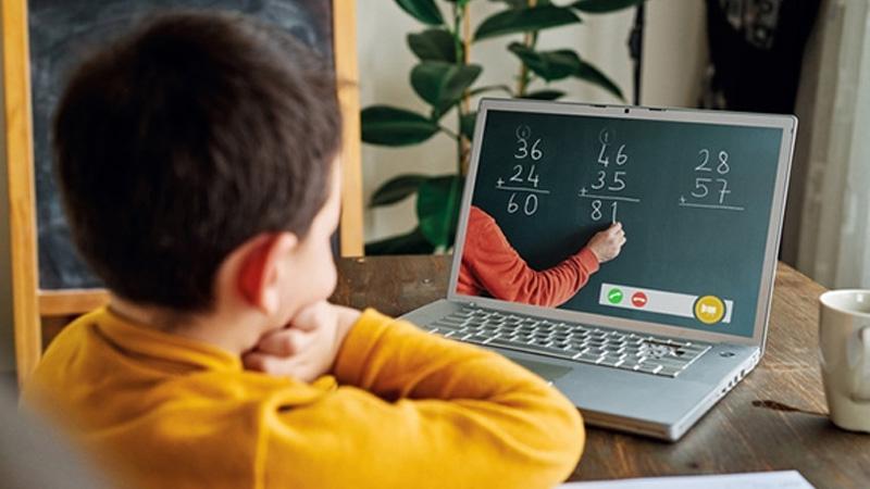 Online ders sırasında çocuğu ile ilgilenmek zorunda kalan öğretmeni CİMER'e şikayet ettiler
