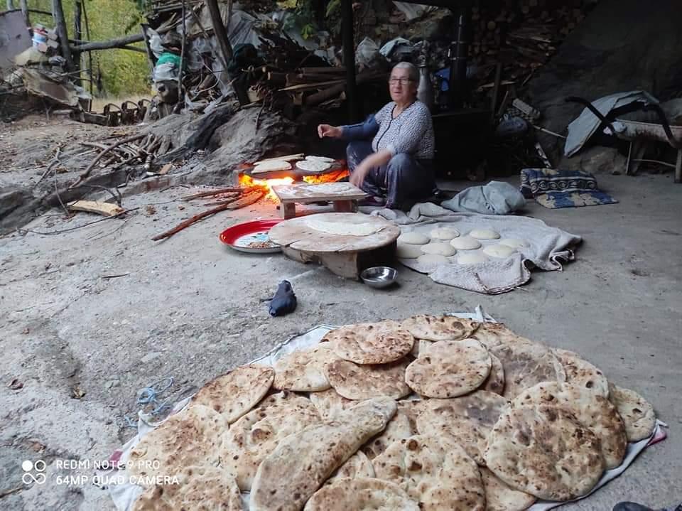 Tokat/Niksar'da köyde yaşayan vatandaşlar, kendi ürettikleri buğdayları una çevirerek fırın ve saç ekmeği yapıyorlar