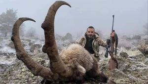 Ordu'dan Giresun'un Şebinkarahisar ilçesine gelen Ordulu avcılar 10 yaşında erkek bir dağ keçisini vurdu