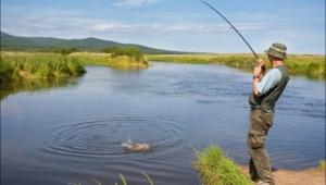 Meksikalı bir köylü, göl kenarında balık tutarken...