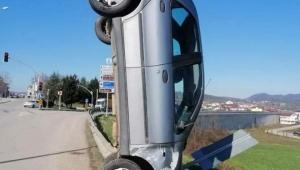 Kocaeli'de bariyere çarpan araç dik durdu
