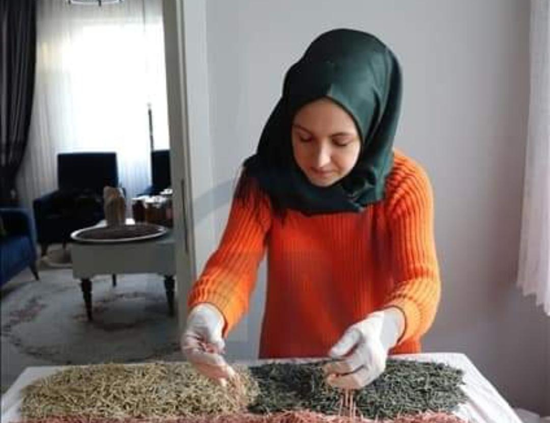 Büşra Nur Çifci, mesleği yerine yöneldiği çiftçilikle geçimini sağlıyor