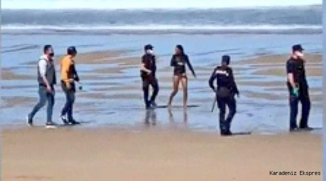 Denizde yüzen Türk vatandaşı 2 kişi polisleri görünce ters tarafa yüzerek şamandıraya çıktı