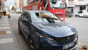 Suşehri'nde rüzgar nedeniyle çatılardan düşen parçalar araçlara zarar verdi
