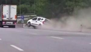 Trafikte yol verme inatlaşması kazayla bitti; o anlar kamerada