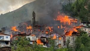 Artvin'de yangın! 20 ev kullanılamaz durumda...